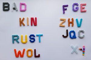 Strijkkralen letters - Strijkkralen en zo!